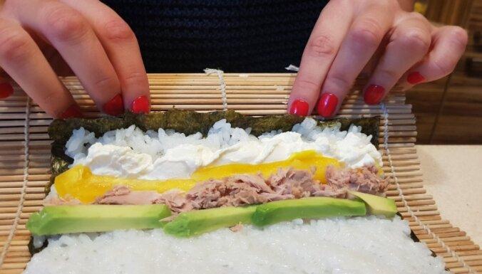 Kā novārīt rīsus, pagatavot marinādi un satīt rullīšus – suši meistarošana mājas gaumē