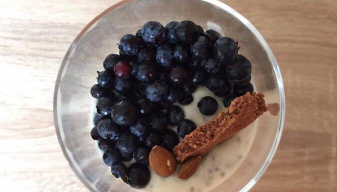 Kūka glāzītē – vegānisks čia sēklu pudiņš ar mandelēm