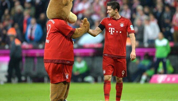 "Polish striker Robert Lewandowski celebrate with the Bayern Munich maskot ""Baerli"