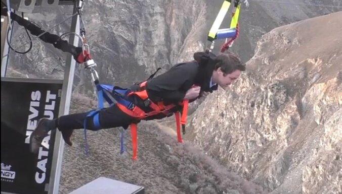 Lidot kā putnam: Jaunzēlandē izveidota ekstrēma cilvēku katapulta