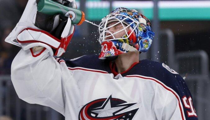 Merzļikins 'Blue Jackets' vārtos aizvien netiek pie pirmās uzvaras NHL