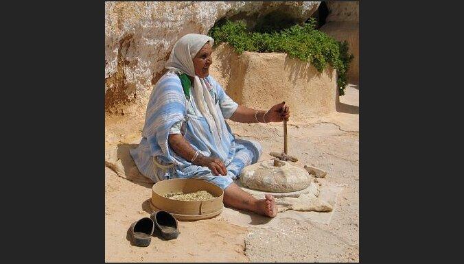 Veca sieviete gatavo kuskusu. Foto: Magdalena Mikiewicz