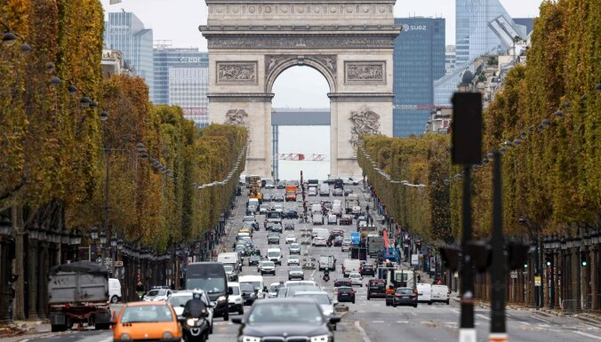 Covid-19: Парижане бегут из города из-за карантина, страны бьют рекорды по заражениям