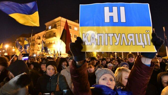 Protestētāji Kijevā pieprasa Zelenskim samitā ar Krieviju aizstāvēt savas valsts intereses