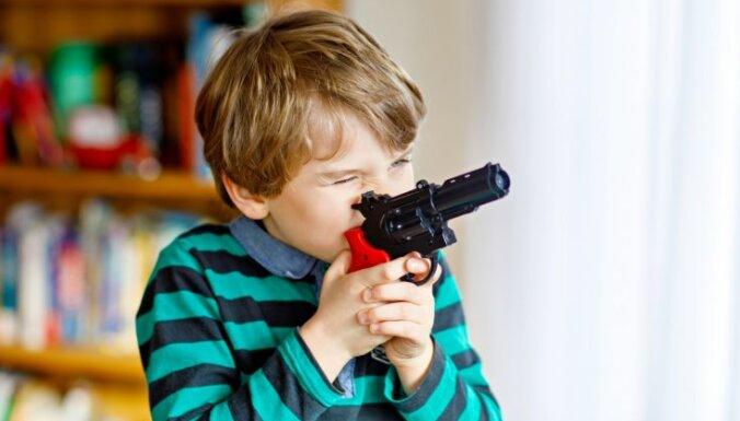 'Kariņi' internetā un rotaļu ieroči: psiholoģe par šādu spēļu ietekmi uz bērnu