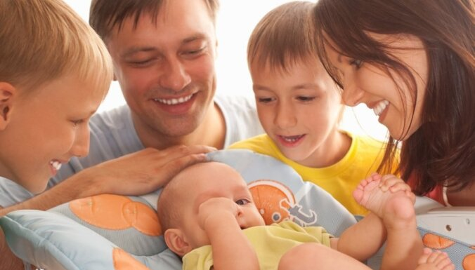 Демограф: если не поддерживать молодые семьи, Латвия вымрет