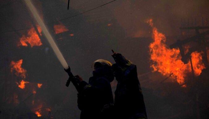 Десятки людей погибли при пожаре в центре Дели