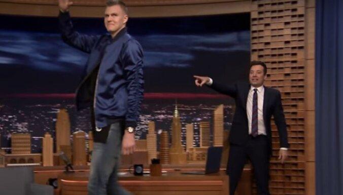 Порзиньгиса встретили овациями на популярном американском шоу Джимми Феллона