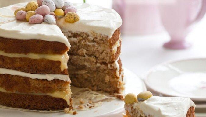 Burkānu, kanēļa un ananāsu biskvīta kūka ar siera un citronu krēmu 'Lieldienu pārsteigums'