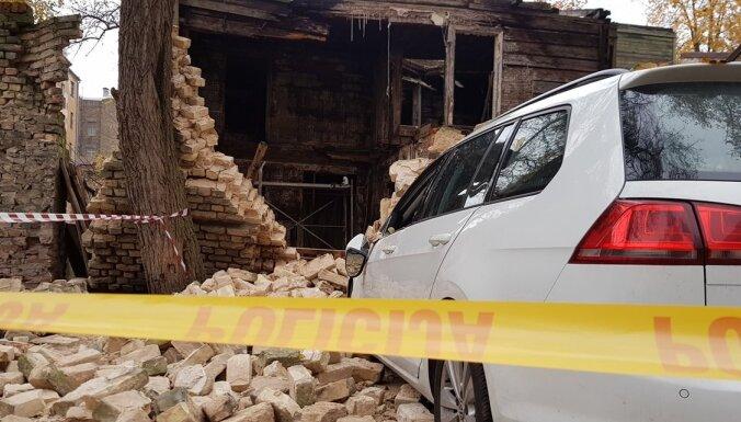 ФОТО: В Риге на улице Бруниниеку упала стена заброшенного дома, две машины получили повреждения