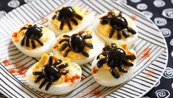 Готовимся к Хеллоуину: Фаршированные яйца с пауками
