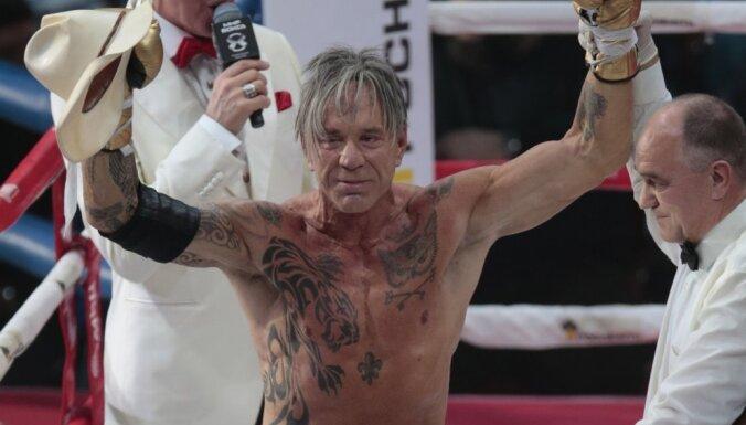 Foto: Pēc 20 gadu pārtraukuma Rūrks cīnās boksa ringā un uzvar pretinieku