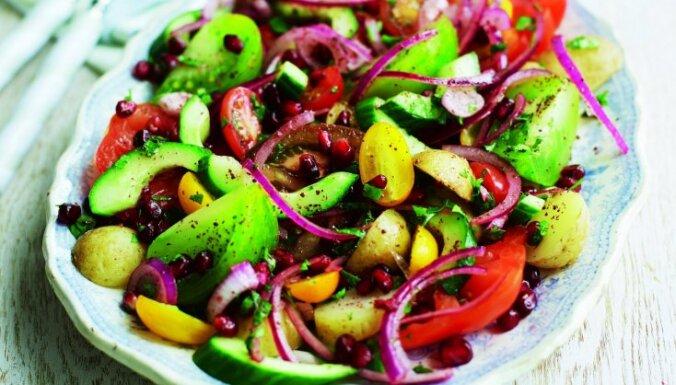 Tomātu un vārītu kartupeļu salāti