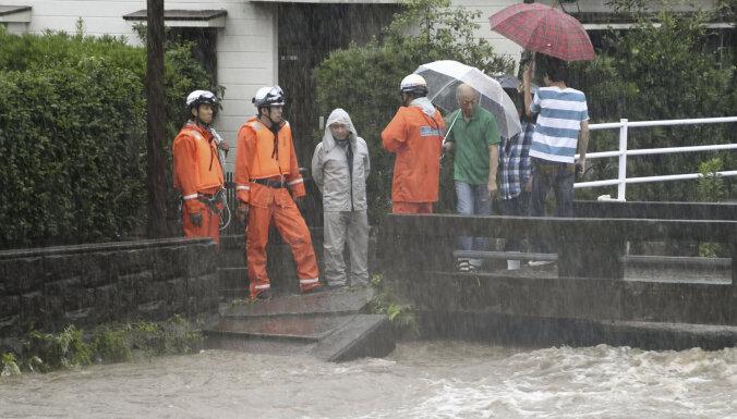 ВИДЕО: Ливни затапливают улицы и дома в Японии, есть угроза оползней и первая жертва