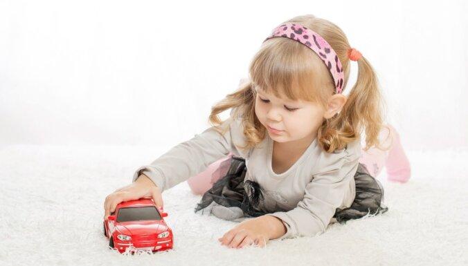 Psiholoģe skaidro, kādēļ zēniem tik ļoti patīk rotaļu automašīnas