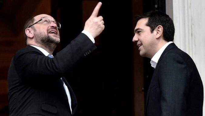 Ja grieķi nobalsos 'pret', viņiem jāpamet eirozona, lēš Šulcs; Makrons mudina Eiropu uzņemties atbildību