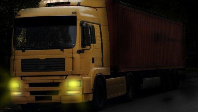 Kravas un pasažieru pārvadātājiem, ieceļojot Latvijā, būs jāuzrāda profesionālo darbību apliecinoši dokumenti