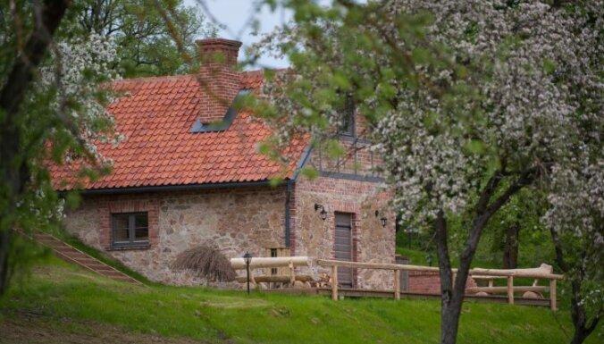 Ceļojums laikā: Lielo Latvijas piļu greznā kaimiņiene Mazmežotnes muiža