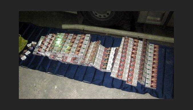 Водитель спрятал в тайниках под лобовым стеклом машины контрабандный товар
