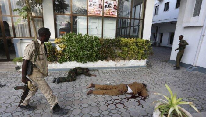 Foto: Islāmisti sarīko asinspirti Mogadišu viesnīcā