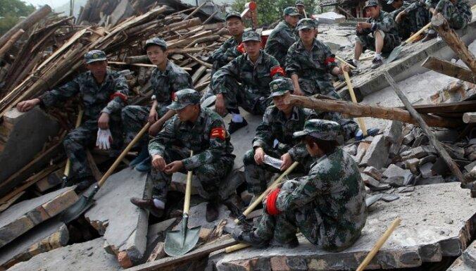 Turpinās zemestrīcē cietušo glābšana Ķīnā