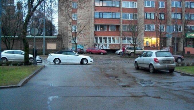 Stāvlaukumā Rīgā automašīna uzbrauc sirmgalvei