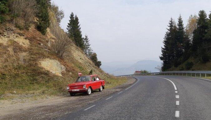 """ФОТО. Путешествие Интара: на красном """"Запорожце"""" — в Украинские Карпаты"""