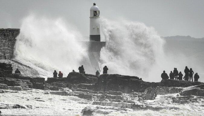 Vētras dēļ Lielbritānijā un Francijas ziemeļos tūkstošiem mājsaimniecību palikušas bez elektroapgādes