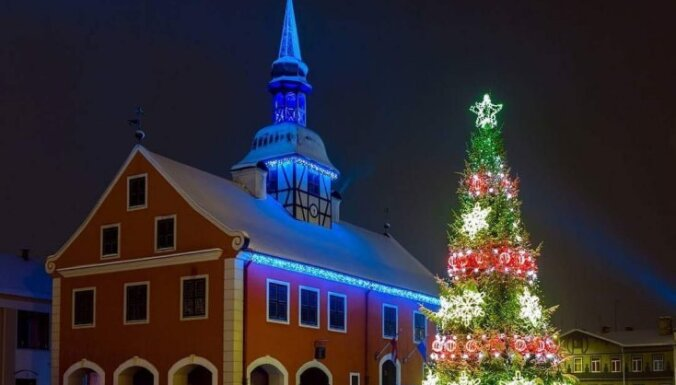 Зажгли по-новогоднему: 19 самых красивых елочек Латвии