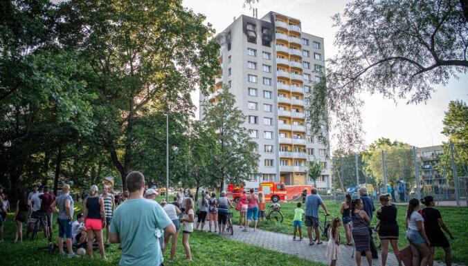 Ugunsgrēkā daudzdzīvokļu ēkā Čehijā bojā gājuši desmit cilvēki