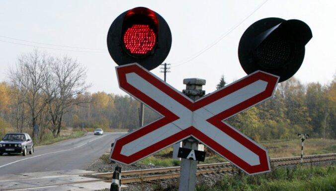 При столкновении автомобиля с поездом пострадали два человека