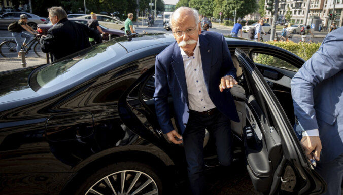 Video: BMW eleganti apspēlē 'Mercedes' priekšnieka došanos pensijā
