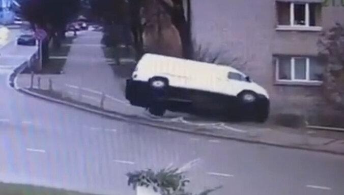 ВИДЕО: В Елгаве микроавтобус cлетел с дороги и придавил пешехода