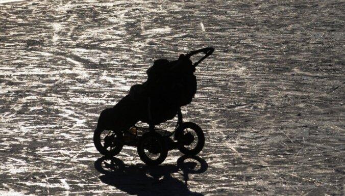 Jelgavā auto notriec ratiņus ar zīdaini