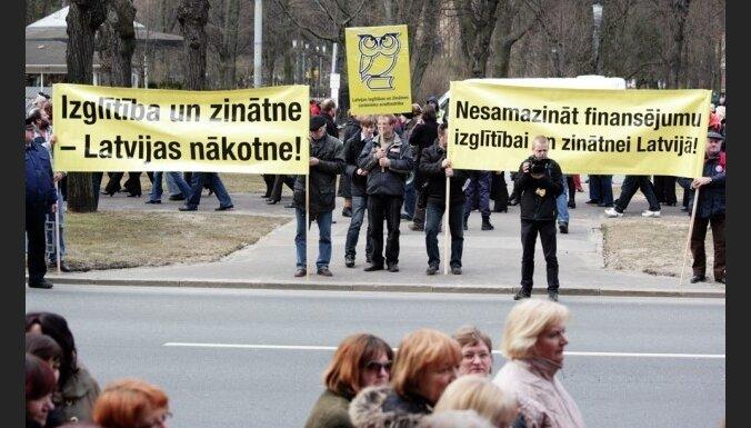 Домбровскис гарантирует повышение зарплат учителям