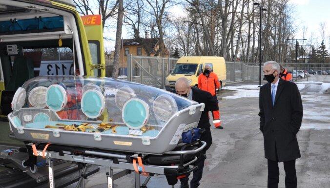 США передали Латвии изоляционные капсулы для транспортировки тяжелобольных пациентов