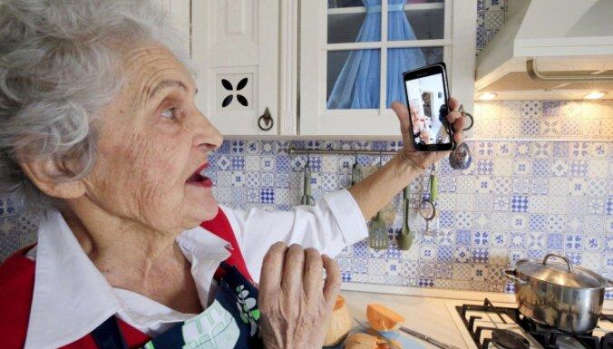 Рижские пенсионеры, которым одиноко и хочется поговорить, могут звонить по специальному телефону