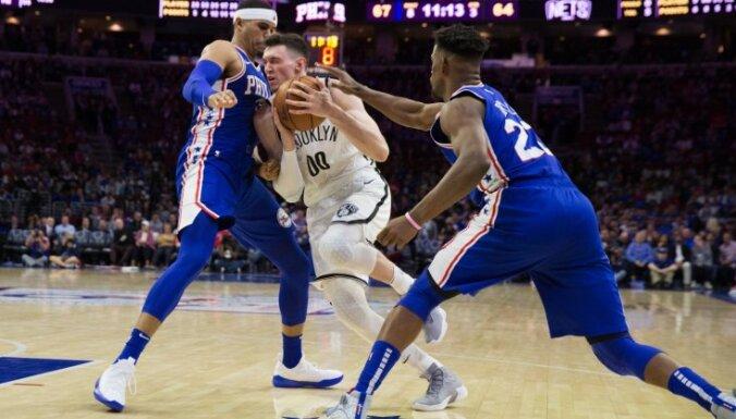 Kurucs gūst savus pirmos punktus NBA izslēgšanas spēlēs; 'Nets' ielaiž 145 punktus