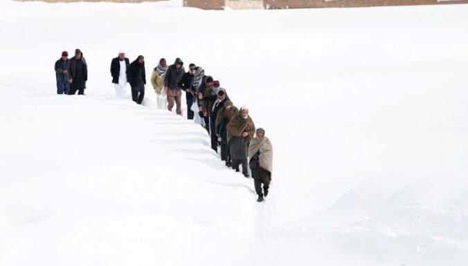 Afganistānā glābēji turpina meklēt lavīnās izdzīvojušos; bojā gājuši 119 cilvēki