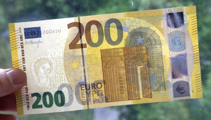 Foto: Apgrozībā laiž jaunās 100 un 200 eiro banknotes