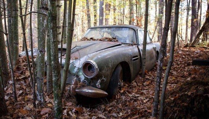 Foto: 45 gadus mežā nogulējis 'Aston Martin' tiks pārdots par pusmiljonu dolāru