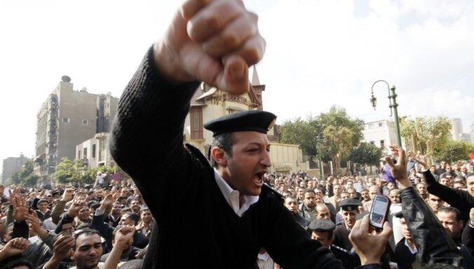 Demonstrācijā pie Izraēlas vēstniecības Kairā cietuši vairāk nekā 350 cilvēki