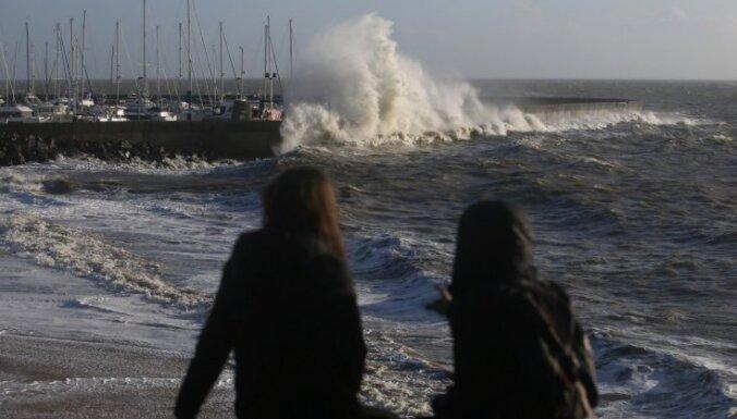 Vētra 'Karmena' plosās Francijas ziemeļos; bez elektrības palikušas 40 000 mājsaimniecības
