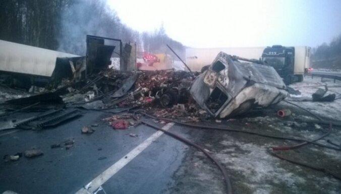 Столкновение четырех грузовиков на Via Baltica: две фуры сгорели, есть жертвы