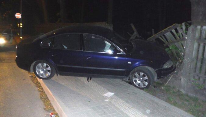 Liepājā 'Volkswagen' iestūrē kapsētas žogā