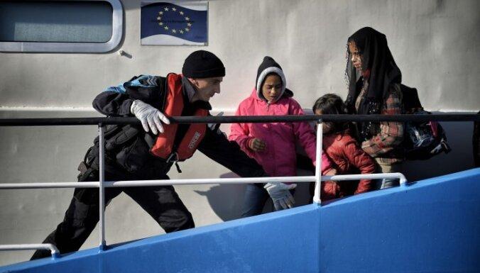 Egejas jūrā pie Lesbas salas izglābti aptuveni 900 bēgļi