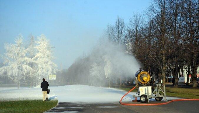 На лыжных трассах в Латвии начали распылять искусственный снег