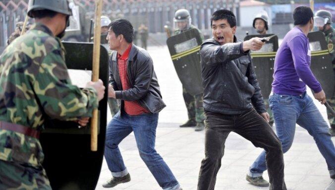 Ķīnā Siņdzjanā 100 motociklisti ar nažiem uzbrukuši policijas iecirknim