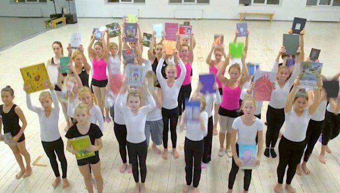 Video: 'Dzirnas' vienojas dejā un stāstā par Grāmatu draugu ķēdi