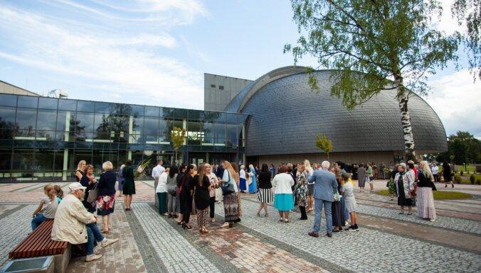 Moderns dizains, divas koncertzāles: Ulbrokā atklāj Stopiņu novada jauno Kultūras centru
